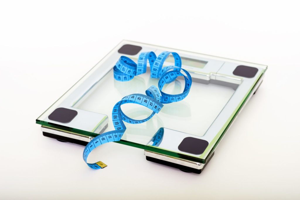 blue tape measuring on clear glass square weighing scale 53404 1024x682 - ダイエットに失敗しない方法