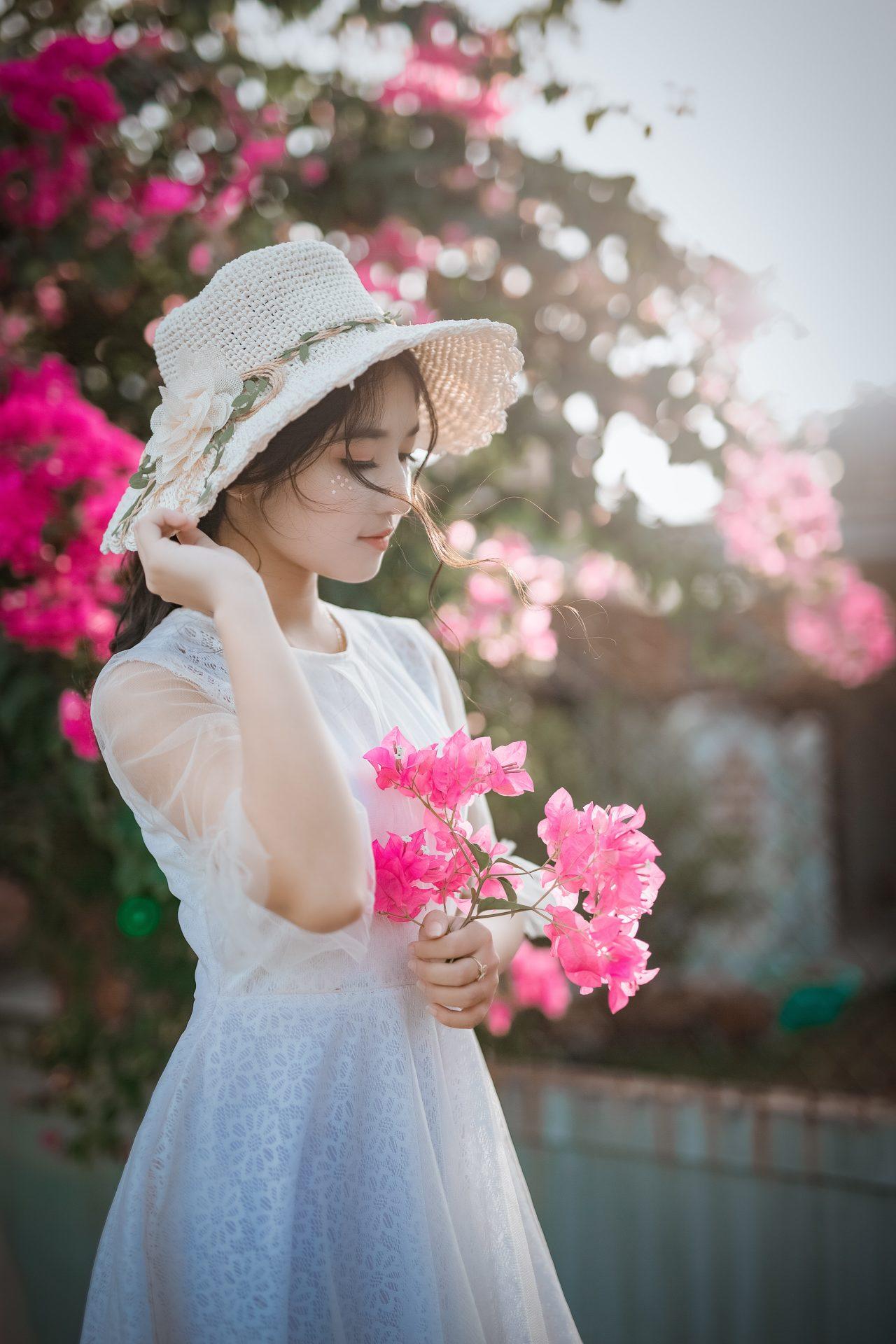 woman wearing sun hat and white dress holding pink 1382734 1 - お腹のたるみ原因はこの2つ!改善して服を綺麗に着こなす!
