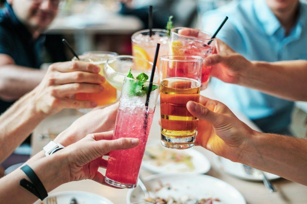 drinks 2578446 1920 1024x683 - 食べて痩せるお酒を飲む場合の外食ジャンル5選!