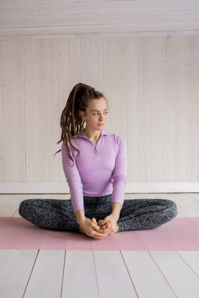 woman in purple long sleeve shirt and grey leggings 3756499 684x1024 - 女性の筋トレ初心者にオススメ!自宅でもできる体引き締め筋トレ