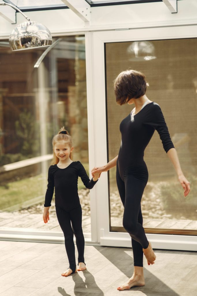 woman and little girl in black long sleeve shirt and black 3985262 683x1024 - 綺麗な体のラインをつくる為に必要な事