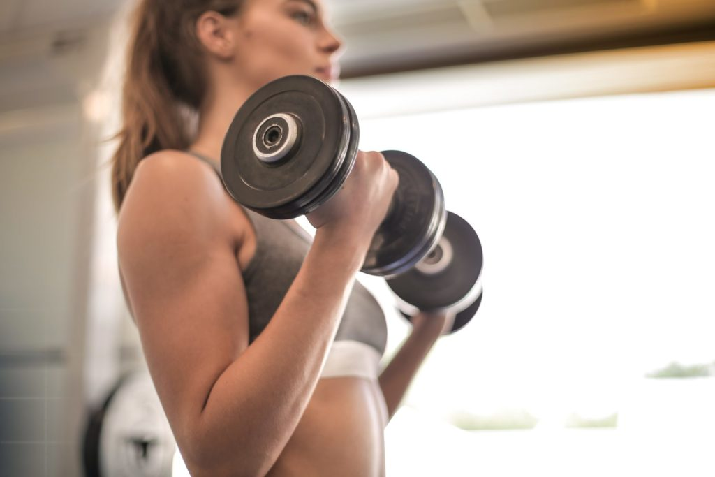 woman in gray sports bra holding black dumbbell 3757376 1024x683 - 痩せるには筋トレ?実際のところはどうなの